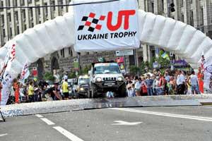 В гонку многочисленная колонна внедорожников отправилась со столичного Крещатика.