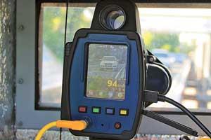 В основе «Гарпуна» лежит американский лазерный радар TruCam, который автоматически фиксирует превышение скорости, отмечая автомобиль-нарушитель красным крестиком-меткой.
