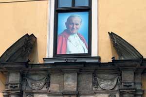 Из этого окна дворца архиепископа (XIVвек) Папа Римский Иоанн Павел II проводил