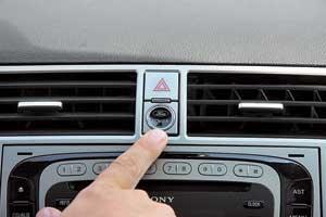 На старых авто может затереться краска на ободе баранки и кнопке «аварийки».