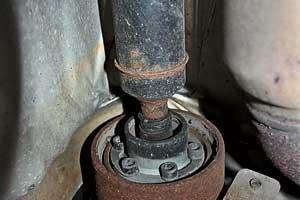 Со временем при больших пробегах может износиться ШРУС карданного вала, что проявляется характерным клацаньем при подключении задних колес.