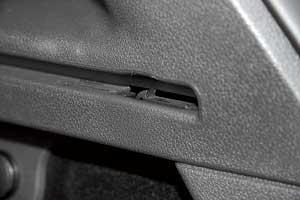 При неаккуратной эксплуатации можно отломать пластиковые фиксаторы шторки крышки багажника. Потом восстановить статус-кво нелегко.