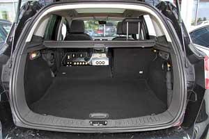 Багажник Kuga не понравится хозяйственным автомобилистам из-за небольшого объема– 360/1405л против 410/1515л у Nissan Qashqai и 470/1510 у VW Tiguan. По этой дисциплине он уступает даже соплатформенному С-Max– 460/1620 л.