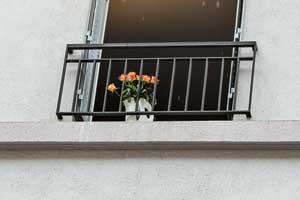 В любом городе нужно обращать внимание надетали. Например, эти розы на одном из балконов Парижа, почему-то оказавшиеся в чайнике.