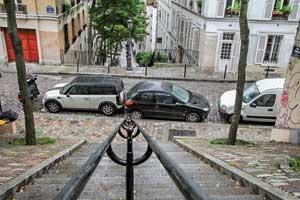 Типичная французская парковка. Поэтому, отправляясь воФранцию насвоем авто, будте готовы, что вернетесь споцарапанным бампером.