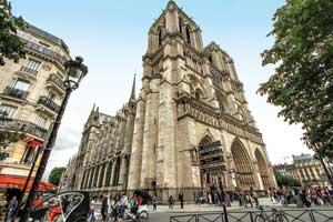 Нотр-Дам де Пари является известнейшим собором в мире, ежегодно его посещают