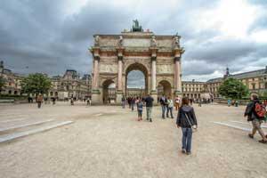 Путь в Лувр лучше начать с Елисейских полей с их огромным разнообразием исторических строений с современной инфраструктурой. На сам Лувр нужно запланировать минимум день.