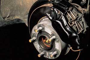 Даже правильность затяжки колесных гаек/болтов может повлиять на ресурс тормозного диска.