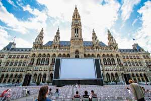 Венская Ратуша, построеная в1872–1883 годах, до сих пор выполняет свое прямое назначение – здесь работает правительство города, а также постоянно проводятся балы, выставки и концерты– примерно 800 различных мероприятий в год..