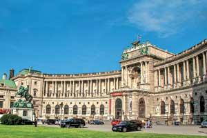 Дворец Хофбург – сердце Вены. Возникший как средневековый замок, он рос и развивался вместе с династией Габсбургов. До 20-х годов прошлого века этот дворец был резиденцией императоров Австрии.
