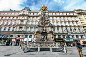 Знаменитая чумная колонна (или чумной столб) построена императором Леопольдом I в память об эпидемии чумы в Вене в 1679году, когда жители города бросились в бега. Расположена вцентре города на улице Грабен.
