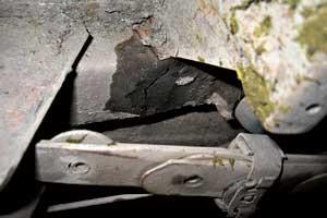 При устранении трещин и коррозии кузовных деталей, на которые нанесены номера, рекомендуется заранее обратиться вМРЭО, чтобы впоследствии избежать обвинений в подделке номера.
