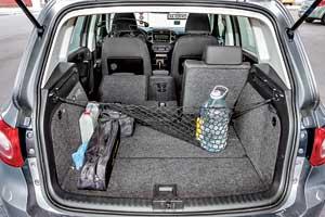 Багажник Tiguan– один из наибольших среди конкурентов: 470/1510л против 410/1515 л у Qashqai и 360/1405 л у Kuga. Добавить запасных литров поможет сдвижная конструкция задних сидений.
