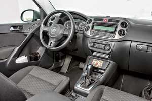 Поклонники VW узнают в торпедо Tiguan аналогичную деталь модели Golf Plus. Интерьер кроссовера изготовлен качественно – пластик мягкий, обшивка износостойкая.