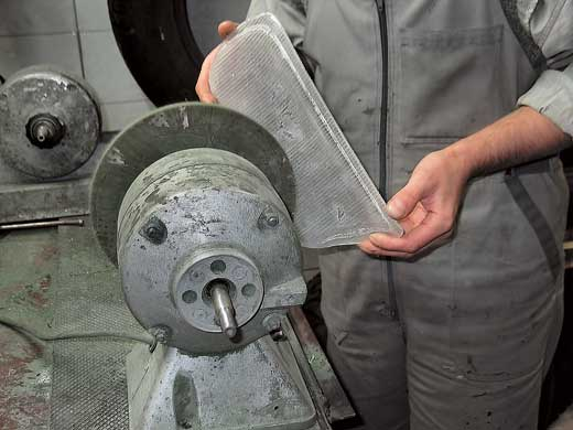 Полировка наружной поверхности оптики в некоторых случаях улучшает работу фар.