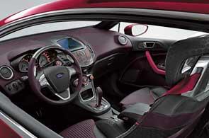 В центре торпедо расположился ЖК-монитор фирменной системы Ford Convers+, которая является последней версией автомобильного интерфейса Human Machine Interface (HMI), впервые опробованного на новом поколении Mondeo.