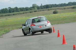 Несмотря на короткую колесную базу, управляется хэтчбек лучше, чем седан и универсал, в чем заслуга больших колес, обутых в низкопрофильную резину.