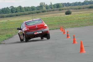 Седан также неплохо проходит повороты, к тому же он комфортабельнее хэтчбека и, тем более, купе-кабриолета.