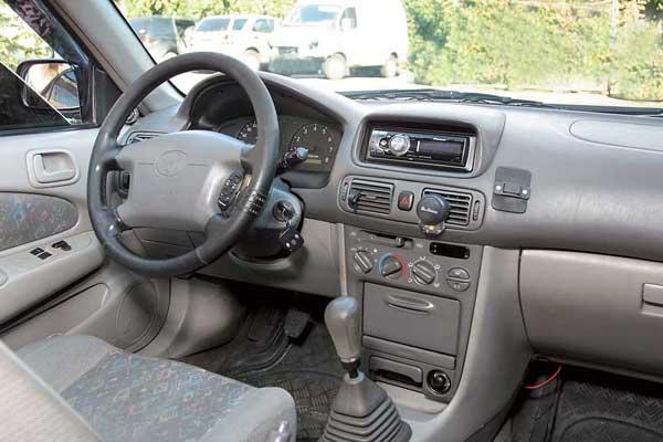На большинстве машин отделочные материалы салона светло-серого или бежевого оттенков, из-за чего в ходе эксплуатации они быстро пачкаются и требуют регулярной чистки.