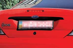 На машинах первых годов выпуска под декоративной планкой на крышке багажника может оказаться ржавчина.