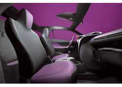 В интерьере IQ преобладает фиолетовый цвет. Пикантности придает отделка рулевого колеса «под змеиную кожу».