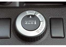 Режим Auto можно включать на ходу (до 70 км/ч). Теперь при пробуксовке передних колес на задние уходит более половины крутящего момента. Можно заблокировать муфту, но после 40 км/ч трансмиссия сама переходит в режим Auto.