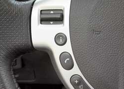 Кнопки изменения громкости аудиосистемы на руле расположены слишком низко, а потому пользуешься ими нечасто.