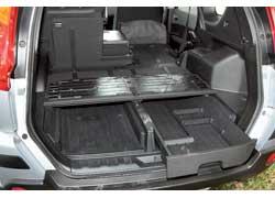 Двухуровневый пол «съедает» 124л багажника иувеличивает погрузочную высоту на13,3см, но подним удобно прятать мелкую поклажу.