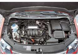 Мотор объемом 1,6 л (на фото) под капотом VW Cross Touran в Украине – исключение из правил.