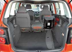Как опцию для Cross Touran можно заказать итретий ряд сидений. Но без них объем багажника составляет 695 л, а максимум – 1989л. Этоотличный показатель по меркам класса!