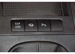 Чтобы активировать Park Assistent, достаточно на скорости свыше 10 км/ч нажать кнопку перед рычагом КП.