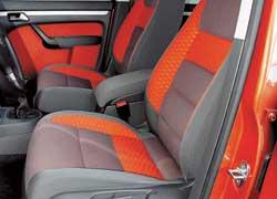 Для VW Cross Touran используется специальная тканевая обивка сидений «Eclypt Elan». Она меньше пачкается и легче чистится. Но выбираясь из спортивных сидений, постоянно садишься на пластиковую боковину.