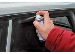 Силиконовая смазка придает резине водоотталкивающие свойства и снижает риск примерзания уплотнителя к металлической поверхности.