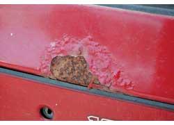 Очаги начинающейся коррозии на кузове нужно зачистить и подкрасить (или обработать несмываемым антикором)