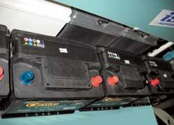 Расположение плюсовой клеммы – cлева или справа– обусловлено длиной проводов. Намашинах сдвумя батареями (дизельные внедорожники, «бусы») встречается применение АКБ сразу обоих типов.