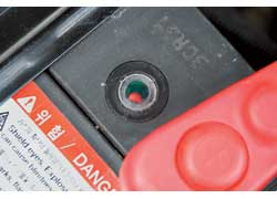 Уровень электролита восстановлен, батарея заряжена, но индикатор (на корпусе некоторых АКБ) сохраняет показания, свидетельствующие о ее неудовлетворительном состоянии.