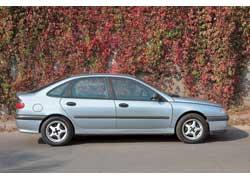 Renault Laguna. Официально проданные Peugeot 406 и Laguna – лучший выбор, они оснащались пакетом «Плохая дорога», в числе прочего предусматривающим увеличение клиренса (на 15–20 мм).