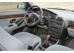 Peugeot 406. При боковых маневрах левая передняя стойка постоянно попадает в поле зрения, но обзор она особо не перекрывает. Больше мешает завышенная «корма».
