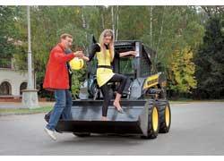 Серьезный минус машины – невозможность покатать в ней девушку. Хотя процесс ее посадки за руль получается весьма интересным…