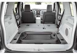 Объем багажника впоходном положении– 891 л, апри сложенных задних сиденьях– возрастает до 1817 л (у предшественника– 909 и1951 л).