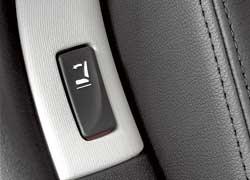 Спинки задних кресел складываются простым нажатием кнопки.