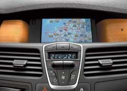 Кнопки управления климатом сгруппированы очень компактно. Верхние клавиши позволяют выбрать между мягким (Soft), автоматическим (Auto) и быстрым (Fast) режимами охлаждения салона.