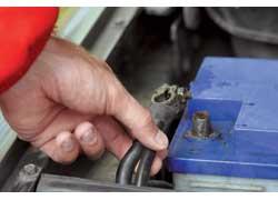 Сняв провод с аккумулятора приработающем двигателе, можно вывести из строя бортовую электронику, в том числе и генератор.