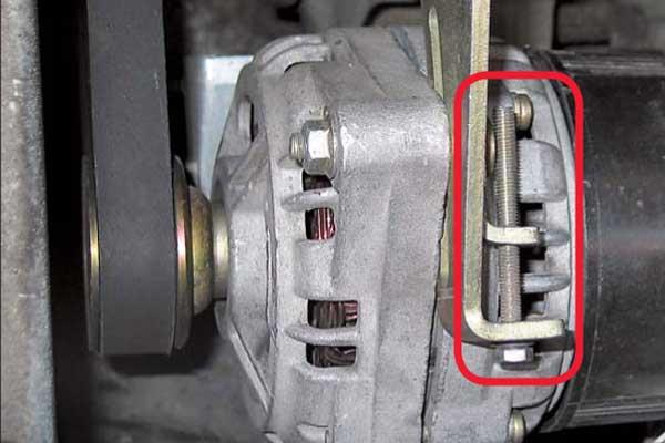 Необходимо регулярно (при каждом ТО) контролировать как натяжение, так и состояние ремня привода. Есть трещины и расслоения – нужна замена.