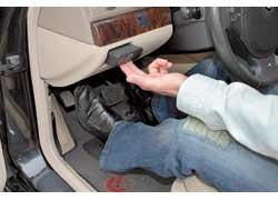 Стояночный тормоз приводится в действие небольшой педалью, а снять машину с «ножника» можно, потянув за рычаг, встроенный в «торпедо». Эту идею баварцы подсмотрели у главного конкурента – Mercedes S- Klasse.
