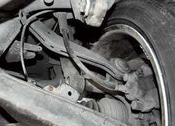 На машинах старше 10 лет пересыхают и трескаются задние тормозные шланги. Запчасти 2 шт. – $36, работа – $24.