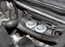 На старых машинах часто выходят из строя электромеханические клапаны отопителя. Как правило, они подклинивают в открытом положении, и «печка» постоянно подает горячий воздух.
