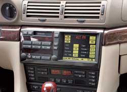 Дорестайлинговые версии легко отличить по деко кассетной магнитолы. После модернизации его спрятали под монитором, который получил откидывающийся экран и стал больше.