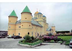 Объединивший разные архитектурные стили Межиричский монастырь считается одним из наиболее своеобразных в нашей стране.