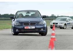 Несмотря на более комфортные настройки подвески, BMW лучше держится на извилистых участках.